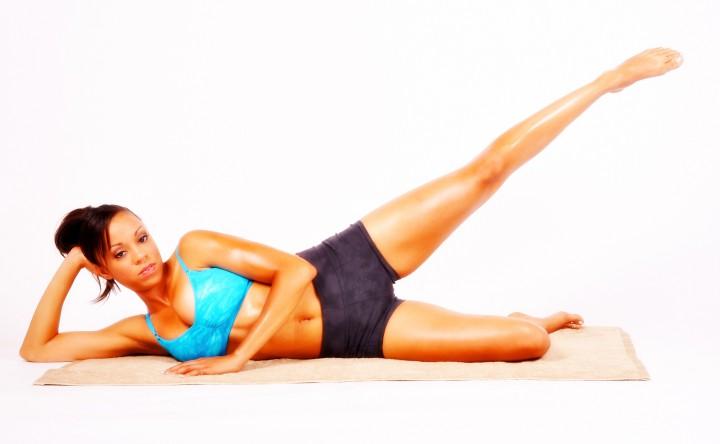 Unoszenie nóg w leżeniu na boku