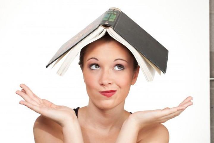Spacer z książką trzymaną na głowie
