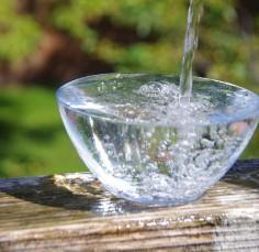 Woda mineralna a woda źródlana