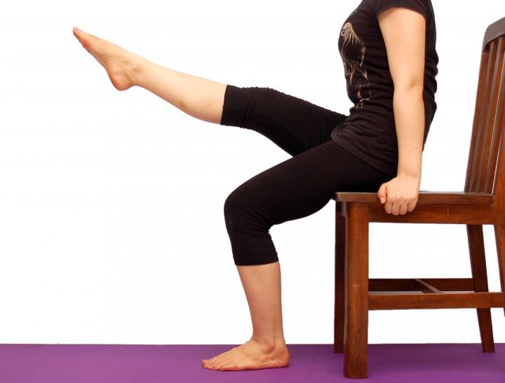 Wymachy nóg na krześle